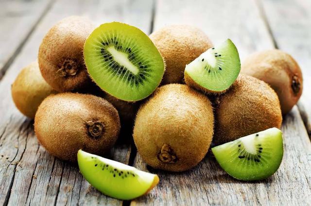 喜欢吃猕猴桃的注意,它营养价值虽高,但不能跟这几种食物一起吃-营养价值